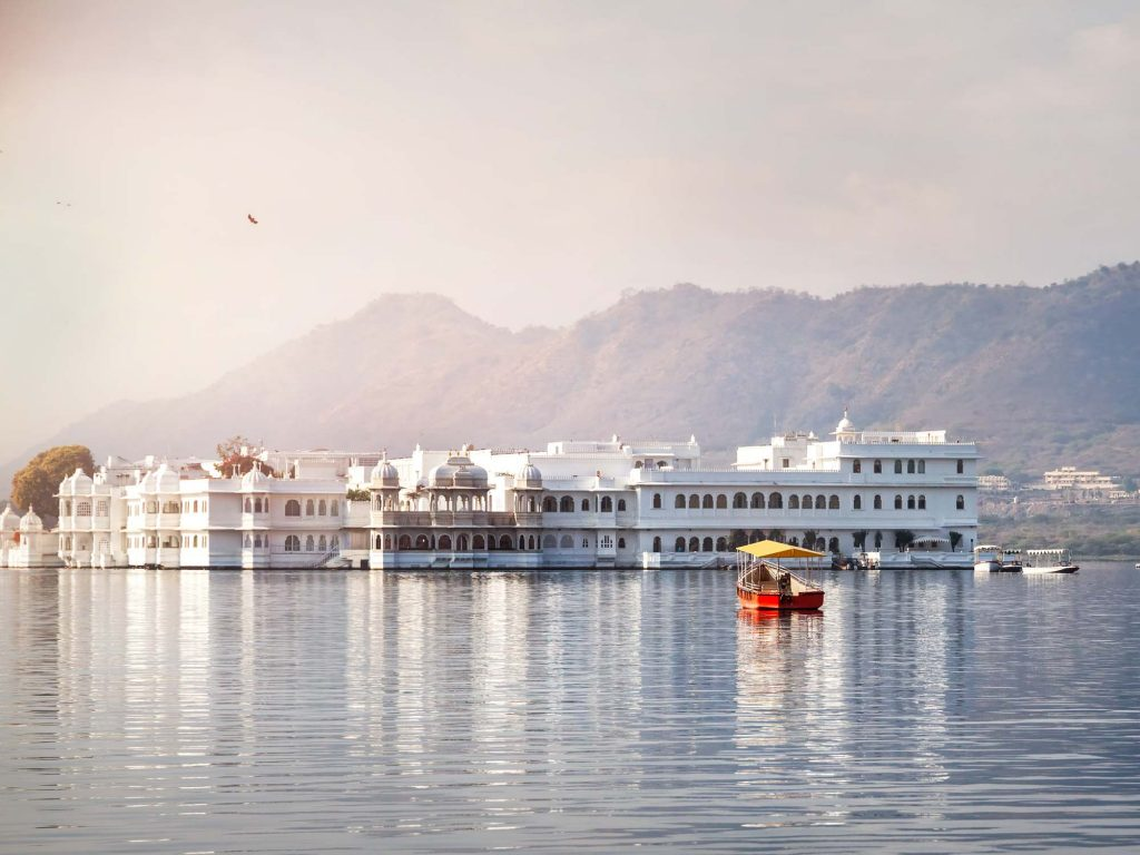 White,Palace,And,Boat,On,Lake,Pichola,In,Udaipur,,Rajasthan,